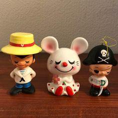 当時物、内藤ルネさんのお人形3体です。   ネズミさん   縦8㎝×横7㎝   パイレーツ   縦7.5㎝×横5㎝   セーラー      縦8.5㎝×横6㎝半世紀程ずーっと人形ケースに入っていたので状態は良い様ですが、セーラーのお人形の帽子に一部塗装のハゲがあります。帽子の上に穴があるので、元々はピンがあって紐が付いていたのではないでしょうか?当時、内藤ルネさんのお人形はとても流行っていて、お誕生会の定番プレゼントでした♡昭和レトロがお好きな方のご購入お待ちしてます!プチプチに包んで、空き箱に入れて定型外郵便での発送になります。#内藤ルネ  #内藤ルネ陶器  #内藤ルネ人形  #内藤ルネドール  #昭和レトロ  #ビンテージ  #当時品  #人形 Runes