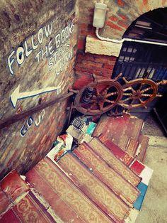 Venise, Italie. La libreria Acqua Alta est insolite ! Un escalier en livres, on n'en voit pas tous les jours. Naples, Voyage Europe, Happy Girls, Venice, Around The Worlds, Painting, Bella, Invitation, Universe