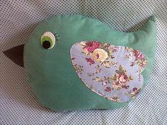 Almofada em formato de passarinho, confeccionada em feltro e detalhes em tecido. Encomende a sua na cor desejada. R$ 40,00
