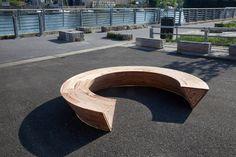 Banco de madera circular con almacenamiento oculto en su interior|Espacios en madera
