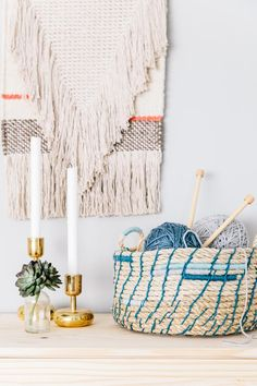 When you think of rope, what comes to mind? A nautical motif? Today's DIY projects prove that rope crafts are on the Diy Projects To Sell, Diy House Projects, Rope Crafts, Diy Crafts, Adult Crafts, Diy Candles Easy, Diy Vintage, Upcycled Home Decor, Rope Basket