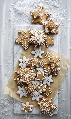 Adorable Ideas to Decorate Your Gingerbread Cookies this Holiday Season – Klair Kivi Gingerbread Christmas Decor, Gingerbread Decorations, Christmas Sugar Cookies, Christmas Sweets, Christmas Mood, Noel Christmas, Christmas Goodies, Holiday Cookies, Holiday Treats
