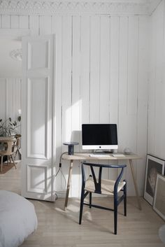 Happy Birthday with the Wishbone Chair by Carl Hansen and Son - Only Deco Love Simple Interior, Beautiful Interior Design, Modern Interior Design, Hallway Chairs, Modern Farmhouse Interiors, Minimalist Living, Wishbone Chair, Home Office Decor, Interiores Design