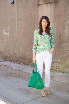 Great spring into summer look: printed top with white pants and nude shoes.