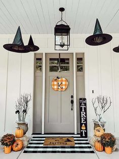 Impressive Halloween Decoration Ideas With Farmhouse Style - Halloween is a time of year for decorating. When it comes to created decorations at home, it is possible to craft Halloween decorations from simple th. Spooky Halloween, Porche Halloween, Halloween Veranda, Holidays Halloween, Farmhouse Halloween, Halloween Front Porches, Halloween Front Doors, Halloween Night, Happy Halloween