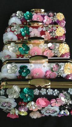 Flower beaded Evening Clutch Bags Colors) – Purses And Handbags Diy Bow Clutch, Clutch Bags, Beaded Clutch, Crochet Bag Tutorials, Crochet Videos, Diy Lace Ribbon Flowers, Beaded Flowers, Diy Handbag, Diy Purse