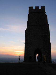 Glastonbury tor, sunset. England And Scotland, Somerset England, Glastonbury Abbey, Journey To The Past, Outside Lands, Destinations, Sunrises, Great Britain, Travel Inspiration