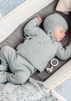 Omslagsjakke, strømpebukse og rillejakke Crochet Baby Clothes Boy, Baby Boy Knitting, Knitting For Kids, Baby Knitting Patterns, Baby Patterns, Baby Barn, How To Purl Knit, Baby Sweaters, Beautiful Babies