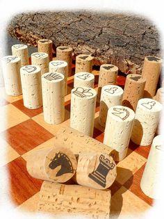 Jeu d'échec en véritable bouchons de liège, personnalisable Cork Crafts, Diy And Crafts, Crafts For Kids, Diy Chess Set, Chess Set Unique, Chess Sets, Creative Activities For Kids, Diy Games, Chess Pieces