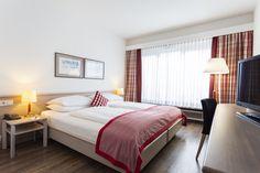 Doppelzimmer im Hotel IMLAUER & Bräu in Salzburg. Miti Klimaanlage / Heizung, Minibar, Safe, gratis WLAN, schallisolierte Fenster, etc. Mini Bars, Das Hotel, Restaurant, Modern, Bed, Furniture, Home Decor, Air Conditioner Heater, Wi Fi