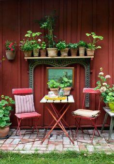 Hemma hos: Blomstrande blandning i sommarparadiset   Elle Small Gardens, Outdoor Gardens, Garden Art, Home And Garden, Garden Sheds, Deco Boheme, Bistro Set, Cactus Y Suculentas, Garden Seating