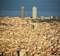https://flic.kr/p/Jjwfex | PANO_BCN | Barcelona és una ciutat i metròpoli a la costa mediterrània de la península Ibèrica. És la capital per antonomàsia de Catalunya, essent-ho tant de la comunitat autònoma com de la província de Barcelona i de la comarca del Barcelonès, i la segona ciutat en població i pes econòmic d'Espanya i de la península Ibèrica. El municipi creix sobre una plana encaixada entre la serralada Litoral, el mar Mediterrani, el riu Besòs i la muntanya de Montjuïc. La…