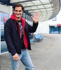 Roger Federer arrive à Chicago - Laver Cup 2018 - 15 Septembre 2018 Roger Federer, Kyle Walker, Tennis Legends, Rain Jacket, Bomber Jacket, Tennis Players, Hot Guys, Hot Men, Windbreaker
