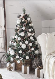 16 Inspiring Christmas Tree Decorating Ideas 16 Inspirierende Weihnachtsbaum-Dekorationsideen - Sanctuary Home Decor You are in the right place about map Simple Christmas Tree Decorations, White Christmas Trees, Outside Christmas Decorations, Christmas Tree Design, Beautiful Christmas, Winter Decorations, Christmas Tree Pinecones, Christmas Tree Basket, Christmas Christmas