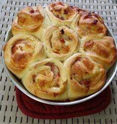 La torta di panbrioche bimby non è altro che un modo diverso di presentare il sofficissimo e gustosissimo panbrioche da riempire con i salumi e i formaggi..