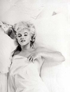 Eve Arnold was an American photojournalist. She joined Magnum Photos agency in and became a full member in Arnold's images of Marilyn Monroe Marylin Monroe, Fotos Marilyn Monroe, Marilyn Monroe Bedroom, Marilyn Monroe Movies, Marilyn Monroe Portrait, Marilyn Monroe Poster, The Misfits, Norma Jeane, Joe Dimaggio