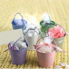 Cubitos de colores con dulces en su interior