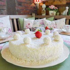 Rezept für eine einfache und schnelle Raffaelo Torte. Mit Malibu, Kokosnuss und weißer Schokolade hergestellt. Die Kokos-Torte wird mit Erdbeeren gefüllt und m