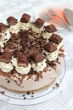 A Buttery Biscuit Base, Kinder Chocolate & Kinder Bueno Filling, Whipped Cream, Melted Chocolate, and even more Kinder Bueno! The PERFECT No-Bake Kinder Bueno Cheesecake! Cheesecake Mix, Cheesecake Recipes, Nutella Cheesecake, No Bake Desserts, Delicious Desserts, Dessert Recipes, Janes Patisserie, Buttery Biscuits, Melting Chocolate