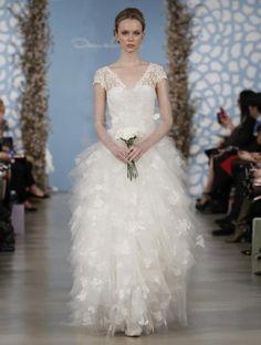 vestido de novia con manga corta y falda voluminosa con bordados de flores - Foto Oscar de la Renta