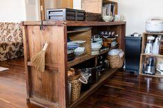 経年変化が楽しい、アンティークな食器棚