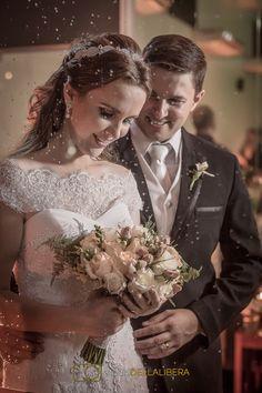 casal resem casados com a noiva olhando para o buque de rosas e o noivo olhando para noiva com olhar apaixonado (scheduled via http://www.tailwindapp.com?utm_source=pinterest&utm_medium=twpin&utm_content=post90608305&utm_campaign=scheduler_attribution)
