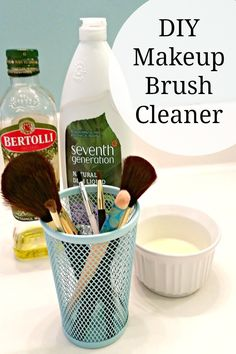 DIY Makeup Brush Cleaner - This homemade DIY makeup brush cleaner is so simple . - DIY Makeup Brush Cleaner – This homemade DIY makeup brush cleaner is so simple to make and will - Make Up Palette, Diy Beauty Makeup, Beauty Hacks, Beauty Tips, Beauty Products, Skin Makeup, Beauty Ideas, Makeup Products, Diy Makeup Brush Cleaner