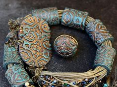 Украшения с полимерной глиной - Поиск в Google Polymer Clay Bracelet, Polymer Clay Earrings, Metal Embossing, Paperclay, Polymer Clay Creations, Metal Clay, How To Make Beads, Jeans Style, Seed Beads
