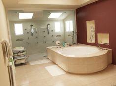 Badkamer met dubbele inbouwdouches, massagejets en king size bad. Genieten versie 2.0 #badkamer #genieten #rond #bad #ligbad #tegels #inbouw #douche #massage