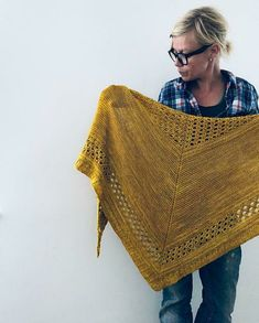 Ravelry Ravelry: Cowboys and Angels pattern by Isabell Kraemer - Poncho Crochet, Knitted Shawls, Crochet Scarves, Embroidery Patterns Free, Knit Patterns, Cowboys And Angels, Arm Knitting, Knitting Paterns, Summer Knitting