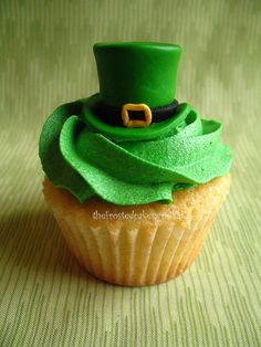 St. Patrick's Day cupcake- hat would be cool to make with irish bomb cakes. Use green tootsie roll candies?