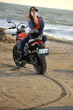 アザーカットの画像 | ちぱるオフィシャルブログ「ちぱる☆日和2」Powered by Ameba Vintage Bikes, Vintage Motorcycles, Honda Motorcycles, Lady Biker, Biker Girl, Womens Motorcycle Helmets, Motorcycle Girls, Ducati Monster Custom, Cafe Racing