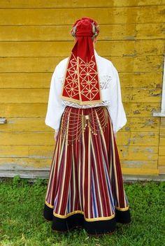 Pühalepa, island Hiiumaa, West Estonia  Eesti Rahvarõivad > Pühalepa neiu