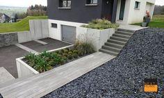 Créateur et constructeur de maison individuelle en maîtrise d'oeuvre. Garden Tiles, Landscape Steps, Patio Steps, Hillside House, Front Entrances, Parking, Building A House, Architecture Design, Backyard