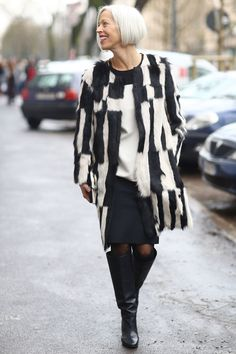 MFW Street Style Day Two: This is how Linda Fargo does black and white — with a seriously luxe topper. Mature Fashion, Fashion Over 50, Fashion Looks, Cool Street Fashion, Street Chic, Street Style, Milan Fashion, 2015 Fashion Trends, Advanced Style