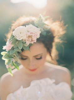 Floral hair pieces are one of the most elegant ways to complement your bridal gown on your wedding day. Flower Crown Wedding, Wedding Flowers, Crown Flower, Romantic Flowers, Floral Wedding, Garden Wedding, Dream Wedding, Wedding Blog, Wedding Unique