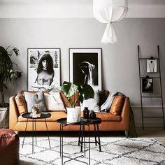 半分よりもちょっと天井寄りまでグレーを取り入れたパターン。お部屋に対して見栄えのバランスが良い黄金比ができるため、壁面のアートフレームやラダーが引き立ちます。カラーの対比でソファの存在感もぐんと魅力が増しています。