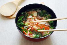 Co to? Phở!   Pyszna i sycąca wietnamska zupa z makaronem i dodatkami (tradycyjnie przyrządzana na 2 sposoby: z wołowiną lub z mięsem kurczaka). Dodatki do phở nie są gotowane, lecz jedynie sparzone we wrzącej zupie. Serwujemy na śniadanie, obiad lub kolację.
