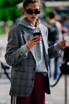 30 Stylish Ways to Wear Oversized Blazer This Fall Plaid blazer over grey hoodie Hoodie Outfit, Grey Blazer Outfit, Blazer Outfits Casual, Look Blazer, Plaid Outfits, Blazer Fashion, Trendy Outfits, Winter Outfits, Plaid Blazer