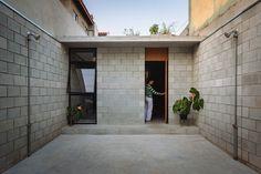 A casinha humilde de uma brasileira de 74 anos venceu recentemente um conceituado prémio internacional de arquitetura. À primeira vista, quem olha para a fotografia da entrada desta humilde c