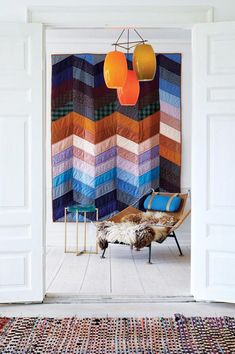 Halyard Chair designed in 1950 by Hans Wegner : just a perfect chair for winter. And behind an amazing patchwork !like the lamp interiors / decor Wintry Bathroom by John Maniscalco Architecture chevron home decor Living room design Patchwork quilt as wall
