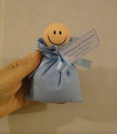 ATENÇÃO = QUANTIDADE MÍNIMA 10 PEÇAS  Sachê perfumado (cheirinho mamãe e bebê), em tecido poá azul, com aplicação de cabecinha de menininho.  Os saches vem embalados individualmente para preservação do aroma.  Podemos alterar para menina, fazer em outros tecidos. Favor consultar.  No ato do fechamento favor informar o cep para cálculo do envio, que é por conta do cliente!  Obrigada pela visita! Volte sempre! R$ 4,50
