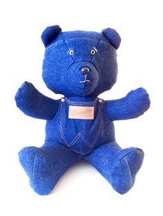 POCKET Wrangler est un Nours conçu et fabriqué à la main de manière artisanale, cest une pièce unique.  Design et original, cest un Nours idéal pour votre décoration dintérieur ou pour offrir. Pour collectionneur dobjets en jean ou fan de Nours originaux et uniques. Sa poche cousue sur son ventre vous permet dy ranger votre téléphone ou autres objets. Matériaux utilisés : - Il est réalisé en Jeans recyclé bleu ; coton 100% coton. - Il est rembourré de ouate 100% polyester (lavable à 30°…