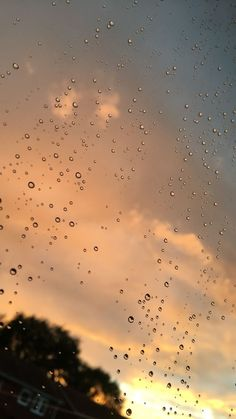 Wallpaper of water drops with lighting reflections on window & glass Aesthetic Backgrounds, Aesthetic Iphone Wallpaper, Aesthetic Wallpapers, Rainy Wallpaper, Wallpaper Backgrounds, Pretty Sky, Beautiful Sky, Rauch Fotografie, Rain Photography