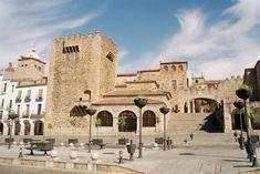 Caceres Spain Plaza Mayor Arco.jpg. Torre de Bujaco, ermita de la Paz y arco de la Estrella en la plaza Mayor.