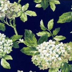 Las hortensias son el protagonista de este papel pintado, con sus colores blancos y mostazas sobre un fondo azul marino con hojas verdes es un papel de estilo ingles.