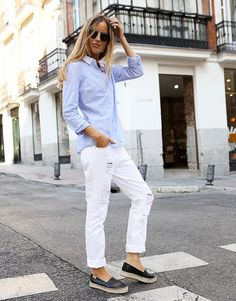 I personally love to wear boyfriend jeans with a pair of cool shirt or t-shirt.WHITE SHIRT looks best on the boyfriend jeans . Star Fashion, Look Fashion, Trendy Fashion, Fashion Outfits, Womens Fashion, Fashion Shoes, Fashion Blogger Style, Boyfriend Jeans, Spring Summer Fashion