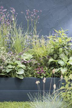 Een plantenborder voor de tuin ontwerpen is leuk, maar niet altijd even makkelijk. Wij geven je tips en inspiratie voor het aanleggen van een insectenborder Outdoor Balcony, Balcony Garden, Garden Planters, Garden Yard Ideas, Garden Projects, Garden Landscaping, Earth Sheltered Homes, Rue Verte, Patio