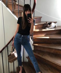 Denim jeans, Black t-shirt, minimalist style, how to make a capsule wardrobe, street style inspirati Mode Outfits, Trendy Outfits, Fashion Outfits, Fashion Tips, Jeans Fashion, Look Fashion, Trendy Fashion, Autumn Fashion, Fashion Black