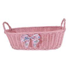 Różowy wiklinowy koszyk z uszkami zdobiony różową kokardą